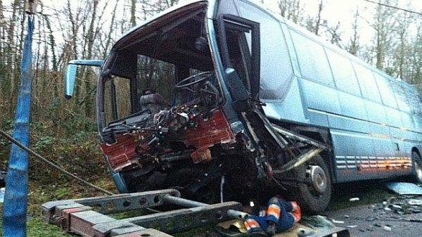 15-12-2012 - France - Gurgy (89) - Une collision frontale entre un bus et une voiture sur une route départementale de l'Yonne a fait deux morts.
