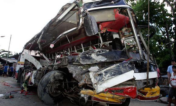 04-07-2010 - Philippines - 15 tués, 48 blessés dans un accident de bus dans le centre des Philippines.