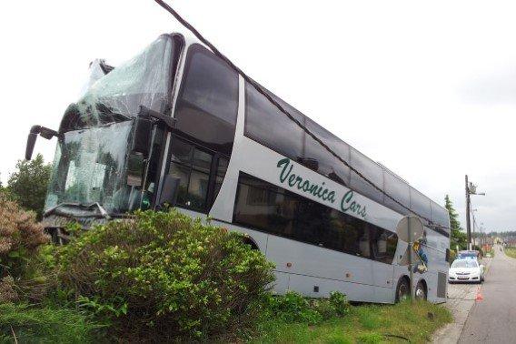 02-07-2013 - Flandres - Kortenberg - Belgique - Accident autocar - Un autocar Veronica de Leefdaal avec 74 enfants à bord fonce sur un poteau électrique avant de se retrouver dans le jardin d'une maison.