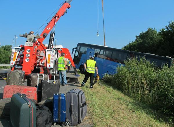07-07-2013 - Orléans - Chaumont-sur-Tharonne - Loir-et-Cher - Un autocar Belge de la compagnie Transport Cars Dennie Tours  des Flandres (Brugge - Varsenare) sort de la route et se couche sur l'autoroute A71 - 10 blessés dans cet accident d'autocar belge.