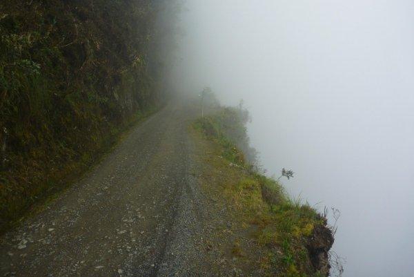 12-07-2013 - Au Pérou, un bus a fait une chute de plus de 200 mètres dans un ravin. Plus d'une quinzaine de personnes ont perdu la vie