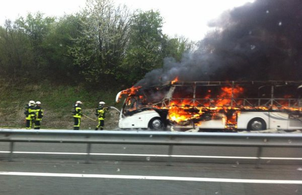 30-04-2013 - France - Un car polonais transportant 32 passagers indiens a pris feu sur l'A 36 à hauteur de la commune de Villars-sous-Écot en direction de Montbéliard