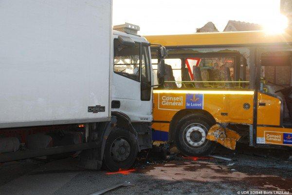 13-03-2012 - Loiret (45) - Beaune-la-Rolande - L'accident du car qui transportait cinquante personnes, dont quarante-huit enfants. Tous les blessés ont été hospitalisés.