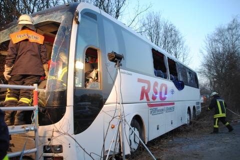 09-02-2012 - Allemagne - Accident Autocar sur la B 61 - L' hélicoptère de sauvetage transporte les blessés dans la capitale de Basse-Saxe.