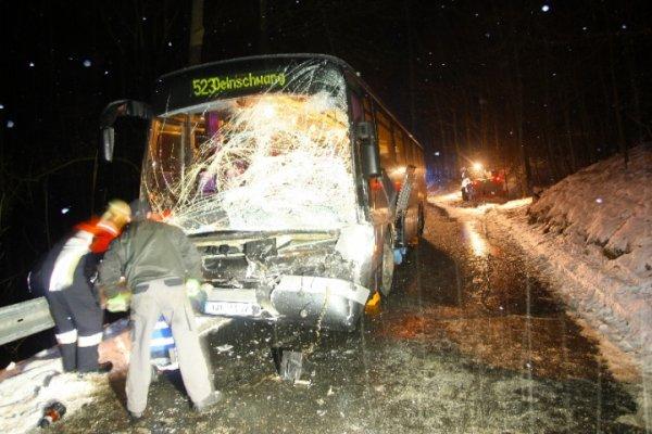 14-02-2012 - Allemagne - accrochage collision bus, route verglacée