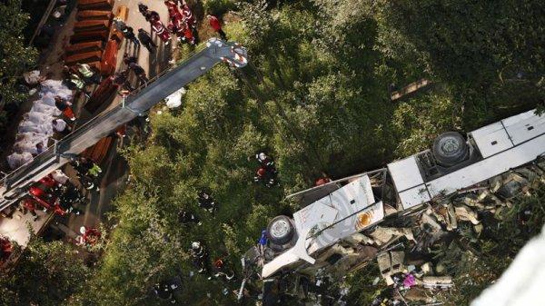 28-07-2013 - Italie - Naples - Il s'agit d'un des accidents de car les plus meurtriers en Europe ces dernières années.  Le véhicule appartenant à la société de transport, Mondotravel (lamettaviaggi) a basculé d'un viaduc et fait une chute de 30 mètres dans un ravin. 39 morts