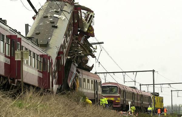 27-03-2001 - Pécrot -  L'accident ferroviaire de Pécrot (Grez-Doiceau dans le Brabant wallon) qui a fait, mardi, 8 morts et 12 blessés aurait pu être évité