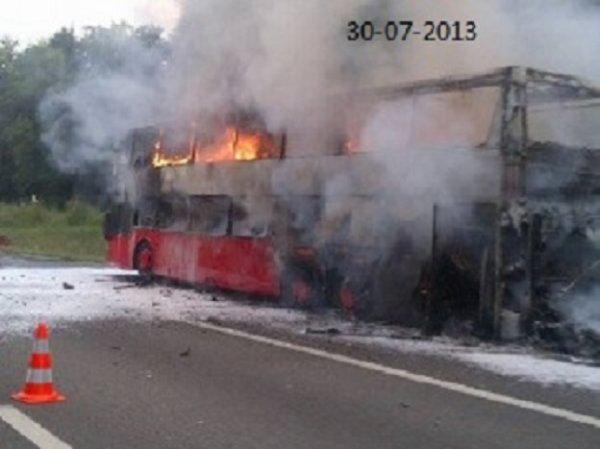 30-07-2013 - France - Vosges - Un autocar allemand double-decker prend feu en limite des Vosges et de la Meurthe-et-Moselle. L'autocar, immatriculé en Allemagne, circulait dans le sens Toul-Dijon avec 55 personnes à bord sur l' A 31.