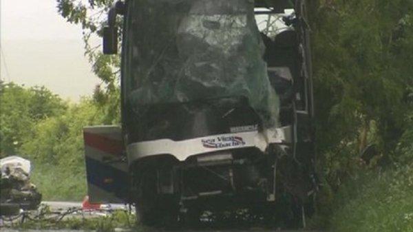 11-06-2013 - England - Dorset - Accident de bus scolaire Wimborne: pilote de voiture, chauffeur du car & les élèves blessés - 1 jeune fille décède suite à l'accident.