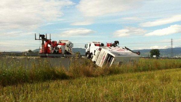 29-07-2013 - Tragique collision entre un autocar de la société Jaccon et une voiture sur l'autoroute A89 au péage des Martres d'Artière dans le Puy-de-Dôme. ,deux morts - l'autocar en cause a été relevé