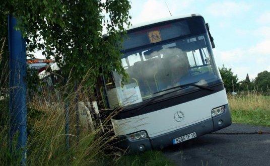 05-07-2013 - Un car scolaire en fâcheuse posture à Roumazières-Loubert.- Le conducteur a croisé un véhicule qui l'a obligé à mordre sur le bas-côté. L'étroitesse de la chaussée et l'humidité des bords de route ont fait le reste
