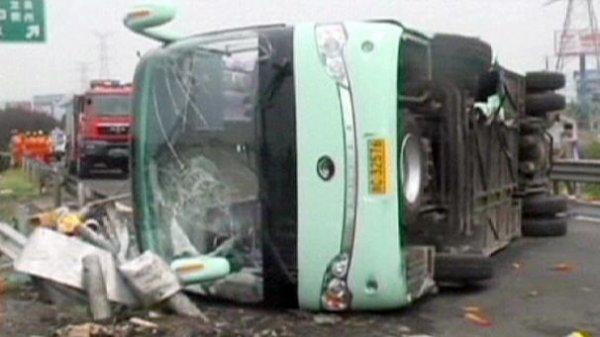 08-08-2013 - Chine -  - Le conducteur ainsi qu'une dizaine de passagers ont été ejectés du bus, trois ont été grièvement blessées.