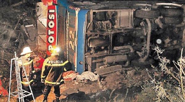 06-07-2012 - Argentine -  Un grave accident d'autocar de la Société POTOSI rate un virage et sort de la route dans la côte de Barcena pour culbuté dans un ravin - 11 morts, 50 blessés & plusieurs blessés graves - 9 voyageurs sont indemmes.