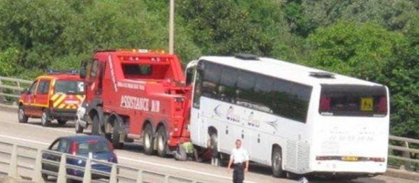 27-06-2013 - Mantes-la-Ville (Yvelines) - Trois enfants ont été légèrement blessés dans l'accident de la route survenu entre un bus scolaire, deux poids-lourd et un véhicule léger