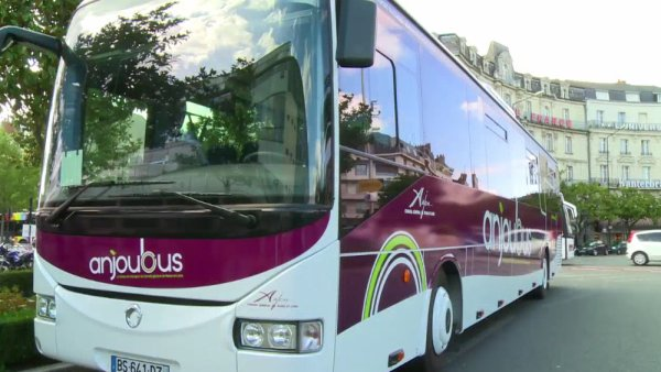 14-02-2013 - Accident. À Coron, un bus avec 58 enfants à bord dans le fossé