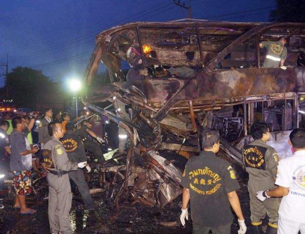 23-07-2013 - Thailande - Un accident entre un  autocar à deux étages circulant entre Bangkok et la province de Roi, dans le nord-est du pays et un poids lourd a fait au moins 19 morts en Thaïlande.