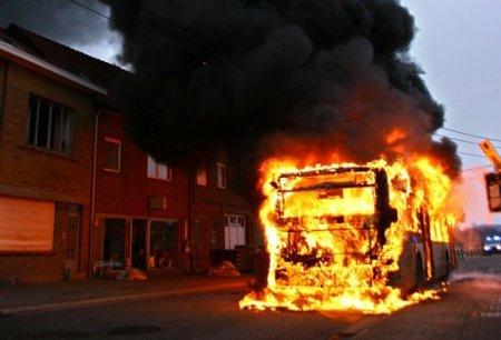 07-01-2011 - Autobus en Feu - Aujourd'hui à la STIB un Van Hool A308 à brûlé sur la ligne 17, auccun blessé.