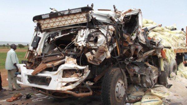 10-07-2013 - Pérou - Accident autocar - Amerique-latine - au moins 16 morts dans un accident de bus tombé dans un ravin -  Un deuxième accident dont 20 personnes tuées et des dizaines de blessés. Le drame s'est produit entre Kayes et Bamako. Un car de transport est entré en collision avec un camion.Le bilan est lourd.