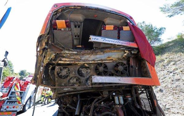 26-08-2013 - France - Accident d'un autocar Marocain dans le Var - Une Marocaine est morte et plusieurs autres personnes (ressortissants marocains et francais) ont été blessées dans une collision entre leur bus et un camion sur l' aut A8 à Saint-Maximain (France).