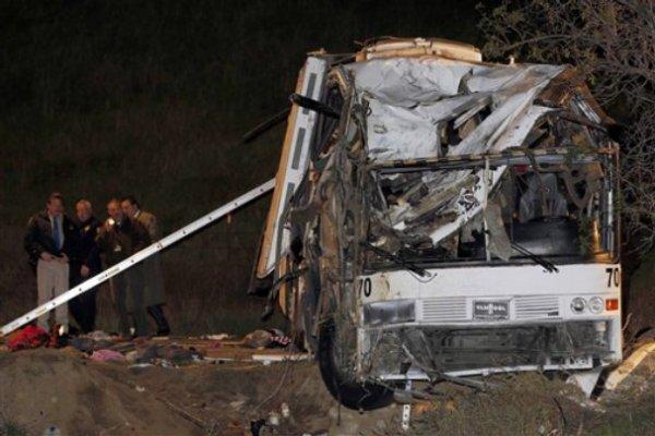 03-02-2013 - YUCAIPA, Californie - Au moins huit personnes ont été tuées et 38 blessées quand un bus de tournée perdu la maîtrise tout en voyageant sur une route de montagne de Californie du Sud