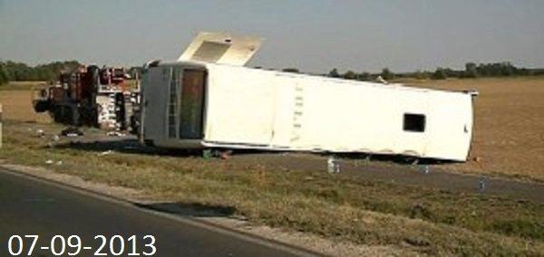07-09-2013 - Hongrie - Un autocar heurte une voiture, le chauffeur perd le contôle du véhicule et culbute hors de la route - 1 mort et 16 blessés dont 8 grièvement.