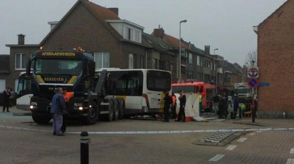 02-09-2013 - Schelle - Le 25 octobre 2012, après que le camionneur eût déposé un container à Schelle et alors que son camion roulait en marche arrière, un bus est entré en collision avec la grue du camion et a été éventré sur le côté gauche, faisant un mort et quatre blessés.