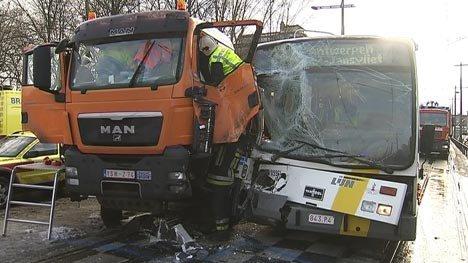 05-01-2009 - Hoboken - Anvers - Accident d'un Bus De Lijn avec un camion à Hoboken.