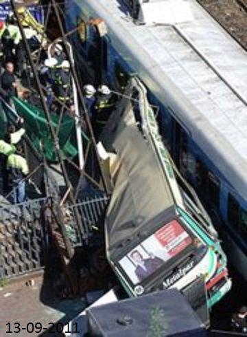 13-09-2011 - Argentine - Accident entre un autobus et deux trains en Argentine: 9 morts, 212 blessés