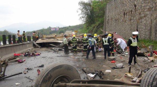 23-03-2013 - Chine - Grave accident d'un autocar avec un camion chargé de ciment sur l'autoroute reliant les villes de Zhangzhou et de Longyan, dans le district de Nanjing, à Zhangzhou
