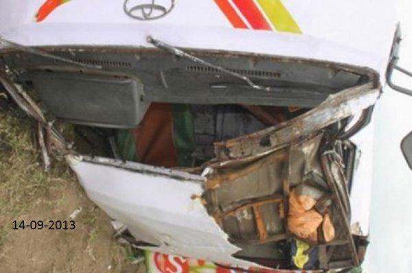14-09-2013 - Côte d'Ivoire - Grave accident d'un bus de Gbaka à Agnibilékro - la direction du véhicule cède - Le mini bus incontrolable culbute dans la rivière - 7 morts par noyade et 12 blessés dont 6 dans un état grave.