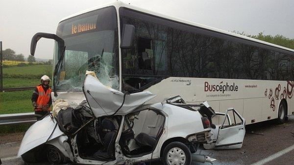 03-05-2013 - France - Saône-et-Loire : collision mortelle entre une voiture et un bus à Beaumont-sur-Grosne