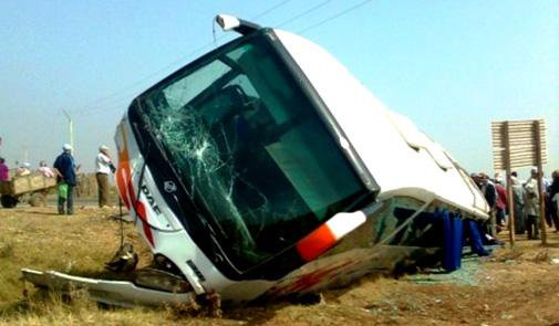 25-02-2013 - Maroc - Ben Guerir - L'autocar en exès de vitesse perd le contrôle et défonce un véhicule 4x4 - 2 personnes décédées dans un accident de la route à Nador - Menara.