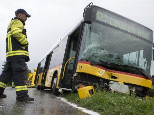 27 août 2013 - Suisse - Fribourg - Une dame agée de 81 ans entre en collision avec un car postal - 6 blessés dont 2 graves.