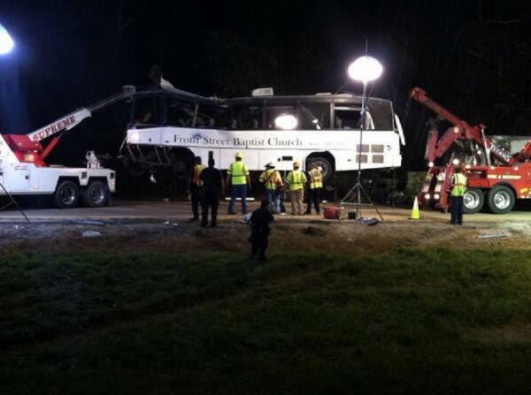 """03-10-2013 - U S A - Accident autocar - Huit personnes ont trouvé la mort lors de la collision d'un autocar de l'église """"Front Street Baptist Church"""" avec un camion et un troisième véhicule sur une route du Tennessee."""