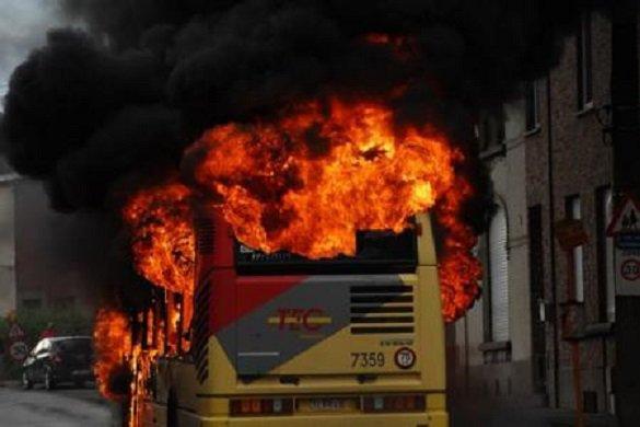 21-06-2013 - Ransart - Le bus du TEC prend feu «tout seul» en plein service, suite à un problème électrique au tableau de bord.