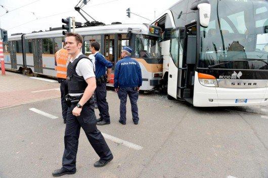 28-06-2013 - Bruxelles - Un autocar avec des touristes italiens encastré dans un tram à Laeken, le feu était vert ...