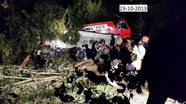 23-10-2013 - Thaïlande - Lampang - Un autocar de Chiangmai Group Tours fait 20 morts et 16 blessés en tombant dans un ravin.