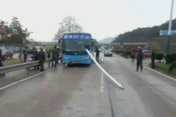 27-03-2013 - Chine - Jiangshan -  Le chauffeur de bus se prend un lampadaire - Un héros qui a pu maitriser son bus sans aucun blessé!