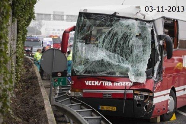 03-11-2013 - Pays-Bas - Nederland - Les trois premiers véhicules du convoi se sont heurtés les uns les autres à la suite d'un ralentissement sur l'autoroute faisant (bilan provisoire) plus d'une trentaine de blessés, dont 4 grièvement touchés