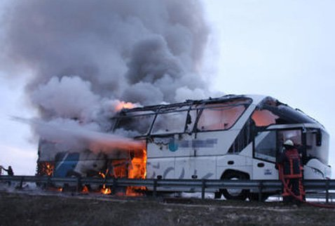 08-03-2013 - Ankara - Un autocar  de chez ULUSOY en Turkije assurant la liaison par autoroute Istanbul-Ankara brûle sur l'autoroute