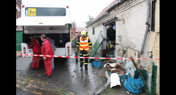 04-11-2013 - Pernes - Saint-Pol-sur-Ternoise - Un autocar Artésiens percute une grange: un blessé léger