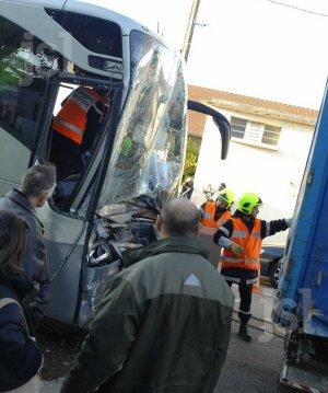 27-11-2013 - France -  Autun - Un bus TER/SNCF percute l'arrière d'un camion semi-remorque. La conductrice de l'autocar à dû être désincarcérée par les pompiers d'Autun.