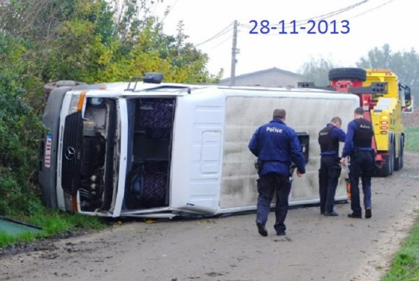 28-11-2013 - Belgique - Baulers - L'autocar dérape sur de la boue provenant d'un champ, bilan: une écolière et le chauffeur blessés