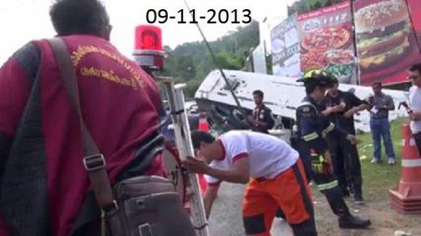 09-11-2013 - Phuket (Thailande) Un autocar quitte la route, culbute les poteaux et s'encastre dans le talu.