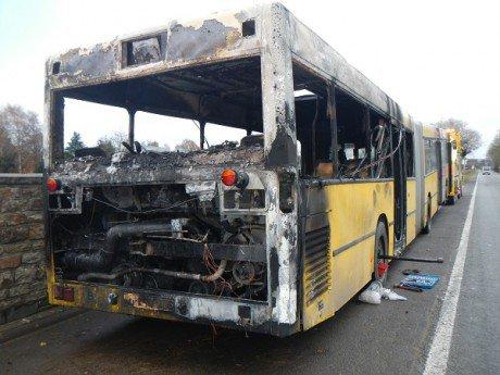 02-12-2013 - Spa - Jalhay -  Un bus en feu sur l'autoroute E42 à Sart-Lez-Spa, l'intervention des pompiers de Verviers a limité les dégats. Service Dépannage CHOFFRAY - Belgique.