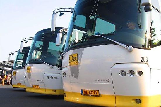 18-09-2012 - France - Duilhac-sous-Peyrepertuse - La route épinglée par un autocar du Tour opérateur Oad qui est resté bloqué une journée sur la route.
