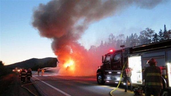 30-09-2013 -  Québec -    Des touristes européens et Français dans l' autocar du transporteur Hélie qui a brulé sur la route 138 dans Charlevoix