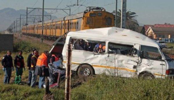 12-11-2013 - Afrique du Sud - Grave accident de car - près de 30 morts dans un accident de car