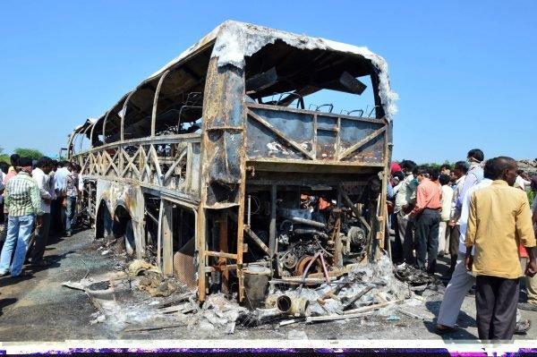 30-10-2013 - Inde - 44 morts dans un accident de car - Le réservoir de l'autocar a explosé, provoquant un incendie.