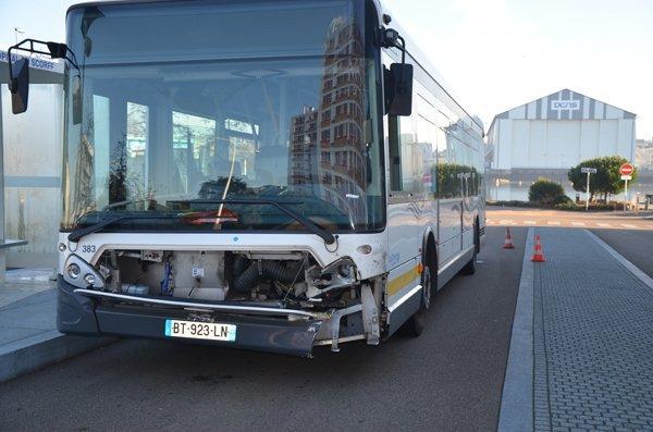 08-12-2013 - LORIENT VILLE - Ville-en-Bois - Accident de bus - trois blessés dans une collision. 8 décembre 2013